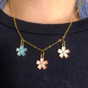 blue,pink & white flower pendant necklace! 🌸